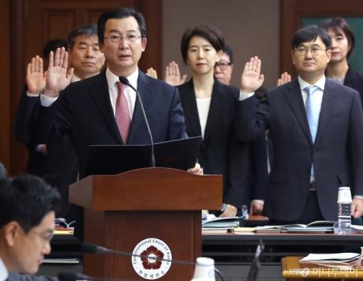 [사진]선서하는 김헌정 사무처장