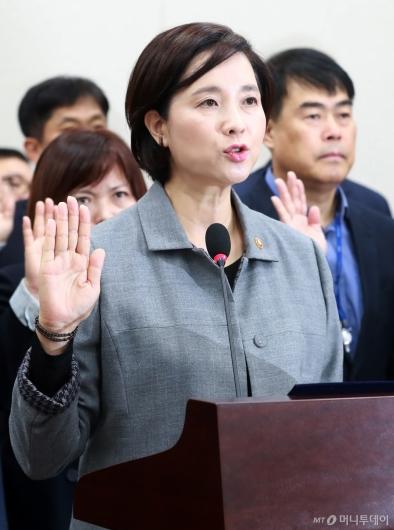 [사진]선서하는 유은혜 교육부 장관