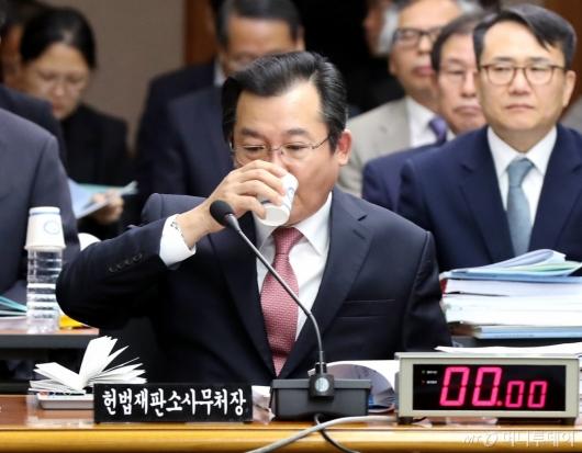 [사진]물 마시는 김헌정 사무처장