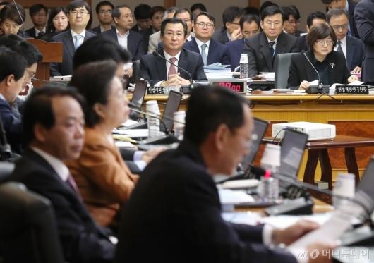 [사진]의원들 질문 받는 김헌정-석인선