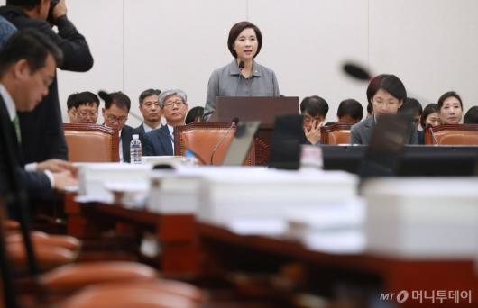 [사진]유은혜 장관, 자유한국당 퇴장 속 인사말