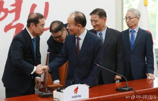 [사진]조강특위 외부위원들과 악수하는 김병준 비대위원장