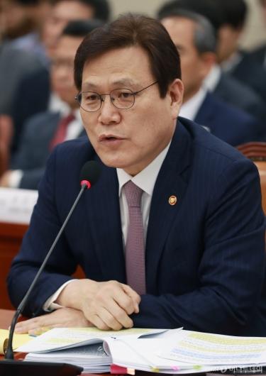 [사진]답변하는 최종구 금융위원장
