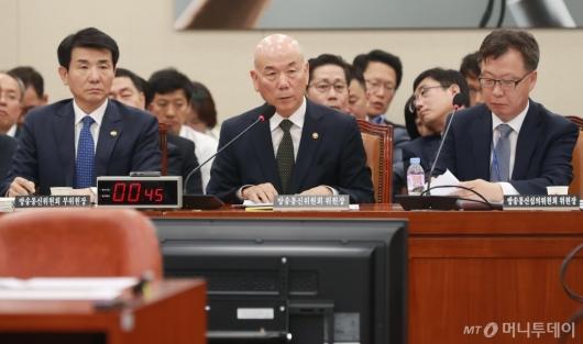 [사진]국정감사 출서한 이효성 방통위원장