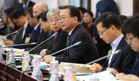 [사진]인사말하는 김부겸 장관