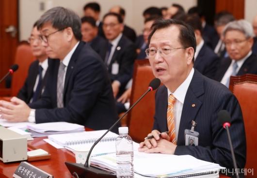 [사진]답변하는 김종갑 한전 사장