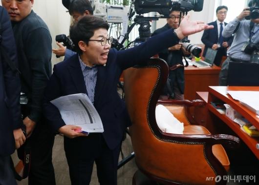 [사진]고성 지르며 퇴장하는 임이자 환노위 자유한국당 간사