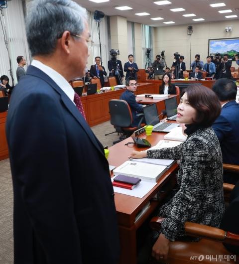 [사진]조명래 인사청문회 파행, 대화하는 한정애-김동철