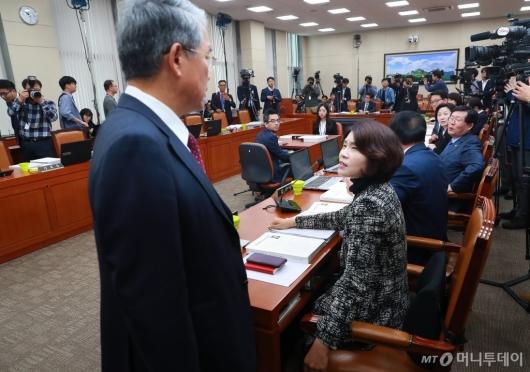 [사진]조명래 인사청문회 파행, 청문회장 떠나는 야당 위원들