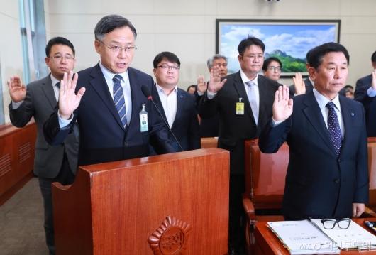 [사진]증인선서하는 심경우 근로복지공단 이사장