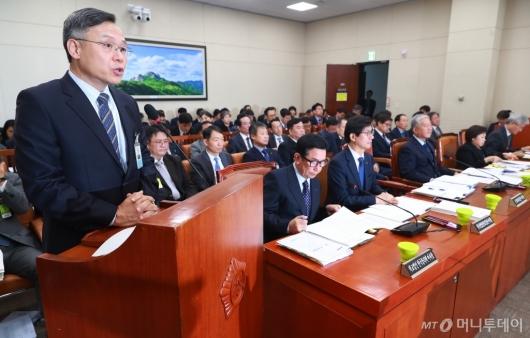 [사진]업무보고하는 심경우 근로복지공단 이사장