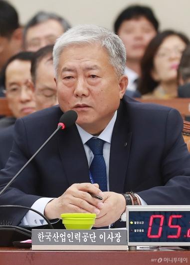[사진]답변하는 김동만 한국산업인력공단 이사장