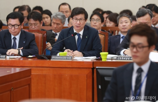 [사진]답변하는 박두용 한국산업안전보건공단 이사장