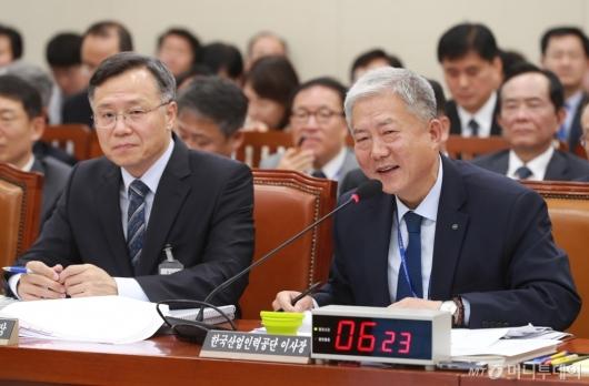 [사진]답변하는 김동만 산업인력공단 이사장