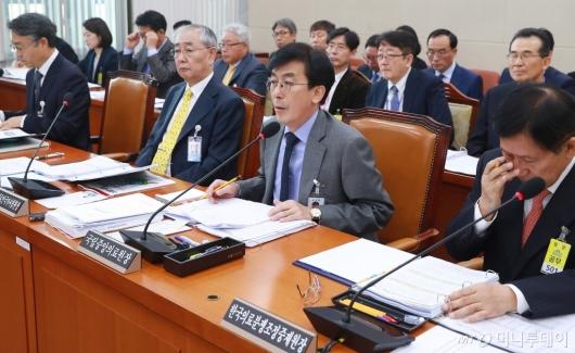 [사진]국감 출석한 정기현 국립중앙의료원장