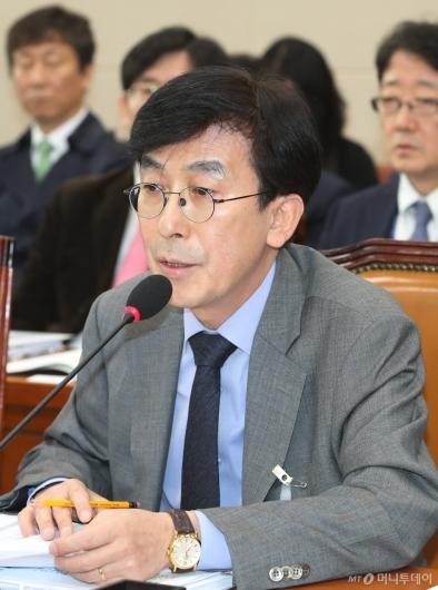 [사진]답변하는 정기현 국립중앙의료원장