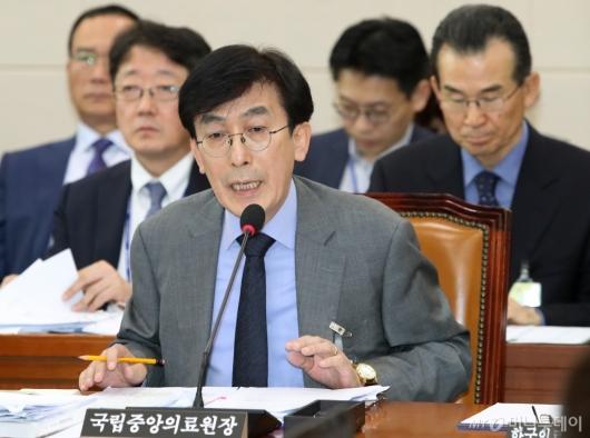 [사진]보건복지위 국감 출석한 정기현 중앙의료원장