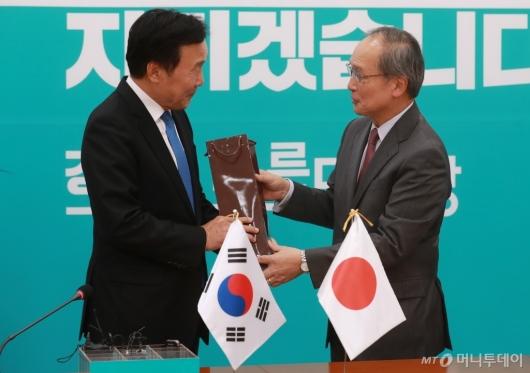 [사진]나가미네 日대사 선물받는 손학규 대표