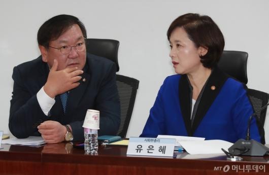 [사진]대화하는 유은혜 사회부총리-김태년 정책위의장