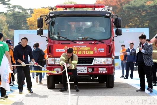[사진]'제1회 스트롱맨 소방차 끌기 대회'