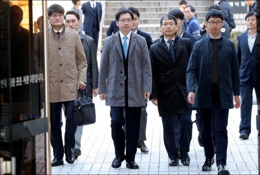 [사진]법정 향하는 김경수 경남지사