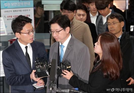 [사진]1차 공판 들어서는 김경수 경남지사