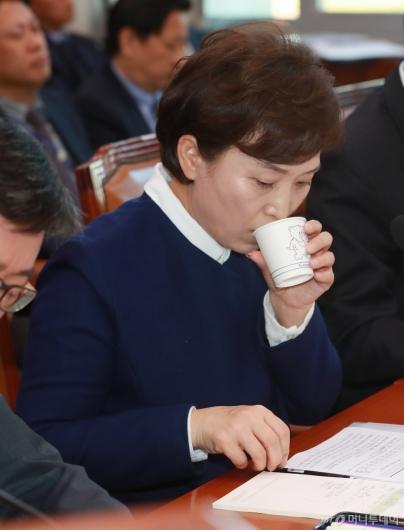 [사진]물 마시는 김현미 국토부 장관