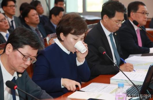 [사진]물 마시는 김현미 국토부장관