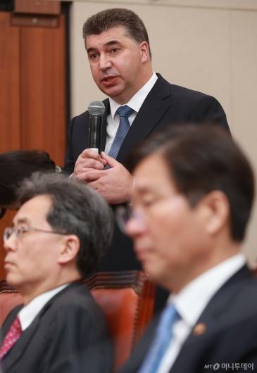 [사진]카허 카젬 한국지엠 사장, 산자위 종합감사 증인 출석