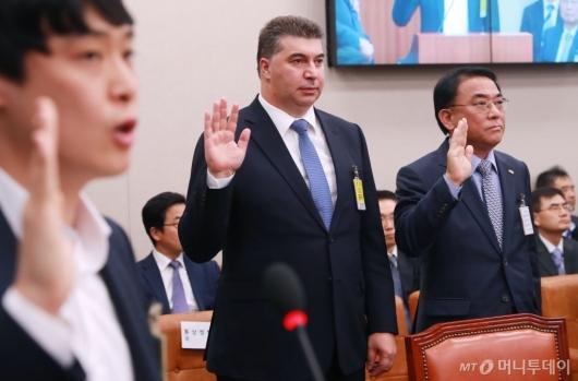 [사진]증인선서하는 카허 카젬 한국지엠 사장