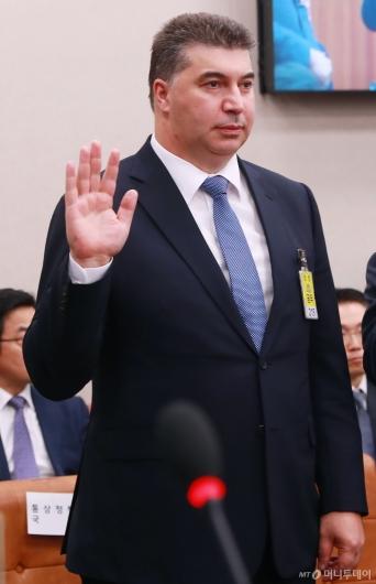 [사진]증인선서하는 카허카젬 한국지엠 사장
