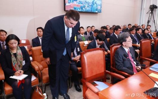 [사진]인사하는 카허 카젬 한국지엠 사장