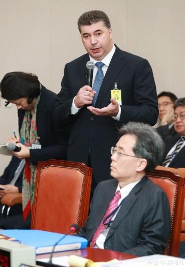 [사진]답변하는 카허 카젬 한국지엠 사장