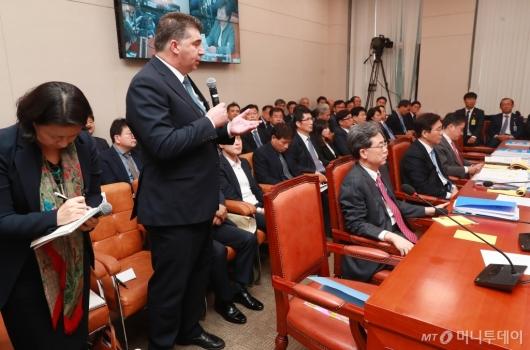 [사진]산자위 국감 출석한 카허 카젬 한국지엠 사장