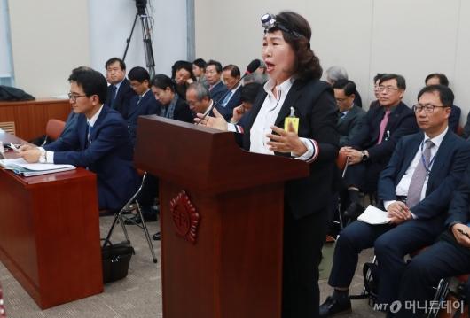 [사진]김용임 한유총 대외협력부장 '렌턴 쓰고, 눈물 짜고'