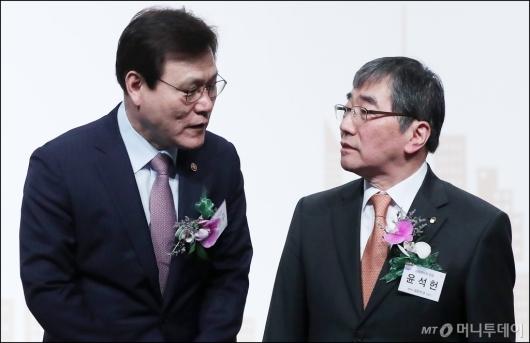 [사진]대화 나누는 최종구-윤석현