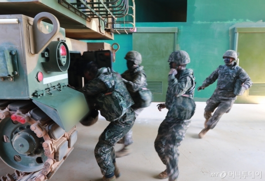 [사진]포격 훈련하는 연평도 해병대원