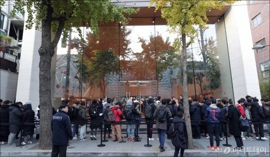 [사진]'아이폰 기다리는 구매자들'