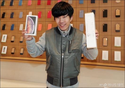 [사진]'신형 아이폰 첫 구매자입니다'