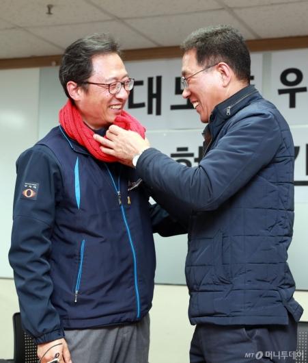 [사진]목도리 선물 받은 김명환 민주노총 위원장
