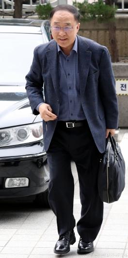 [사진]첫 출근하는 홍남기 부총리 후보자
