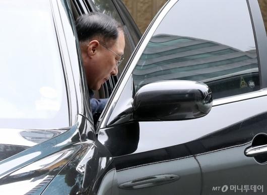 [사진]첫 출근하는 홍남기 경제부총리 후보자