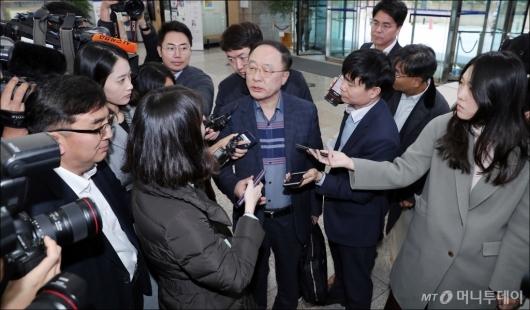 [사진]홍남기 후보자에게 쏠린 관심