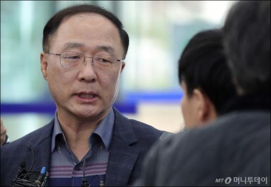 [사진]질의에 답하는 홍남기 경제부총리 후보자