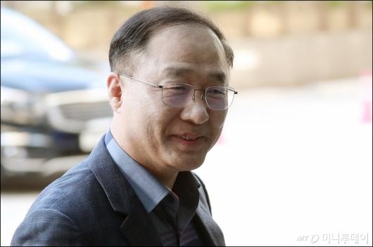 [사진]웃으며 출근하는 홍남기 경제부총리 후보자