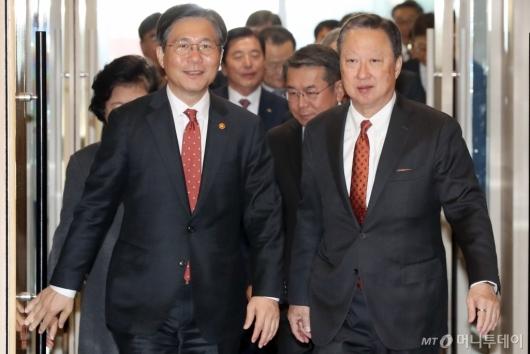 [사진]간담회 참석하는 성윤모 장관-박용만 회장