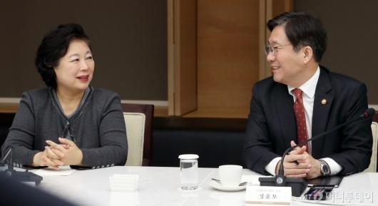 [사진]대화하는 현정은 회장-성윤모 장관
