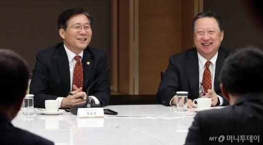 [사진]밝은 분위기의 성윤모 장관-박용만 회장