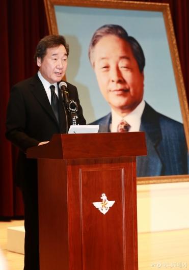 [사진]故 김영삼 전 대통령 추모하는 이낙연 총리