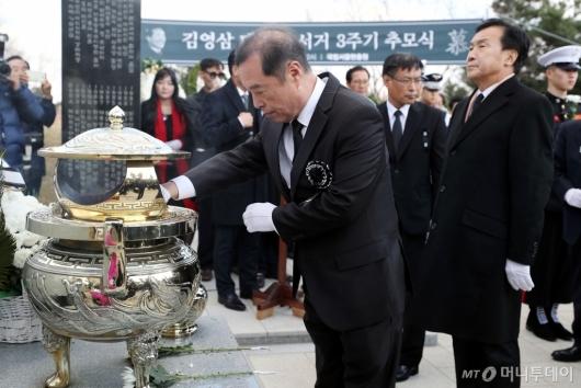 [사진]김영삼 전 대통령 묘역 찾은 김병준-손학규